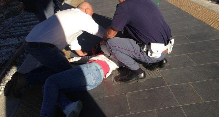 Napoli, paura alla stazione: rapina 20enne, poi tenta di violentarla
