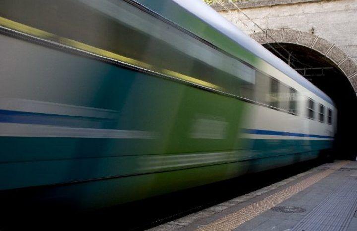 """Tragedia in Campania: donna travolta e uccisa da un treno in corsa. """"Non abbiamo potuto evitarla"""""""