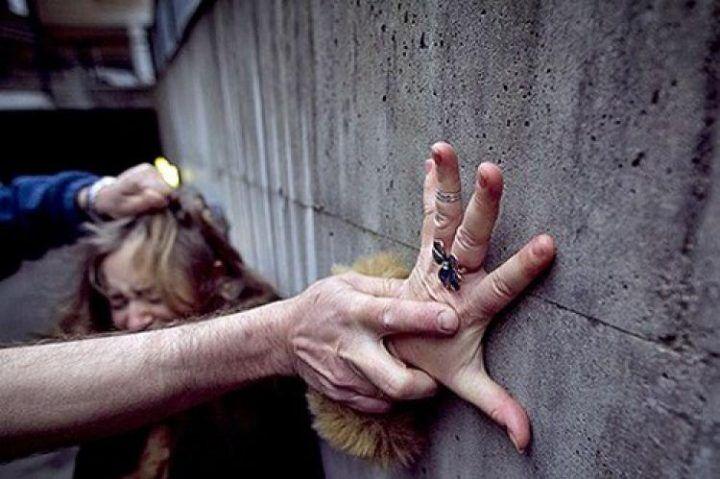Roma: legata al palo e violentata nel parco, il racconto choc della vittima