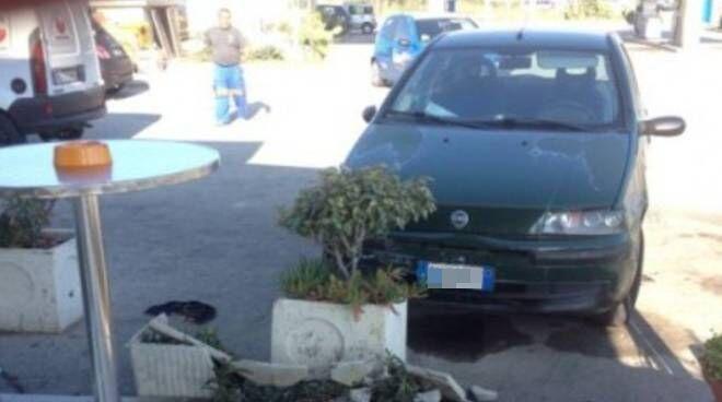 Agro Aversano, ladri maldestri: sfasciano l'auto contro la fioriera