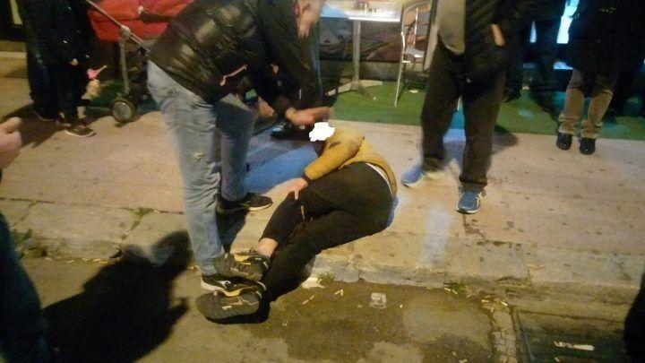 Sant'Arpino, scaraventa a terra un bimbo per il telefono ma la folla reagisce