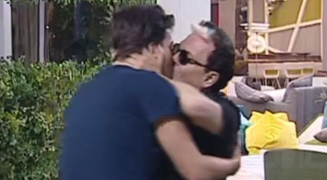 Grande Fratello Vip, colpo di scena: il bacio di Malgioglio