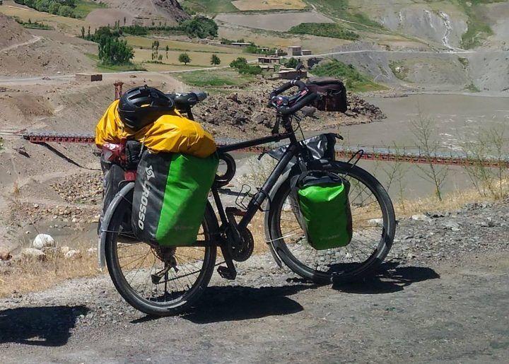 Fa il giro del mondo in bici e gliela rubano a Castel Volturno: partita una colletta per Etienne