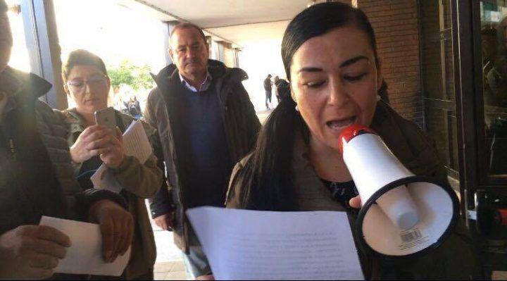 Giugliano, protesta dei disoccupati fuori al municipio: inizia così il consiglio comunale