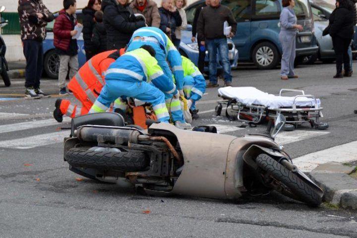 Violento impatto nell'Agro Aversano, scooter finisce contro auto: ferito il centauro