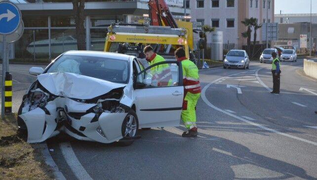 Tragedia in Campania, auto sbanda all'improvviso: tre feriti