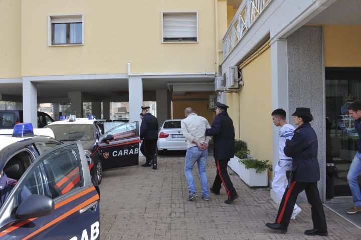 Napoli, droga al circolo di calcio: arrestati figlio e nipote del boss