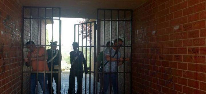 Caivano, spacciava nascosto dietro un cancello di ferro: in manette 43enne