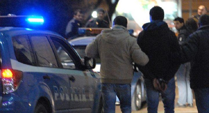 Napoli, la polizia stradale gli controlla l'auto all'uscita di Capodichino e lo arresta. VIDEO