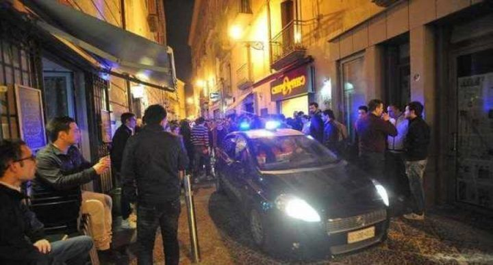 Movida ad Aversa, ubriachi aggrediscono i carabinieri: cinque denunciati