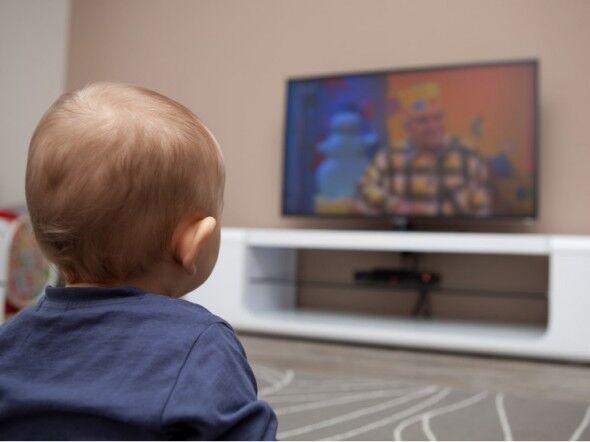 Bimbo di due anni muore mentre vede i cartoni: schiacciato dalla tv