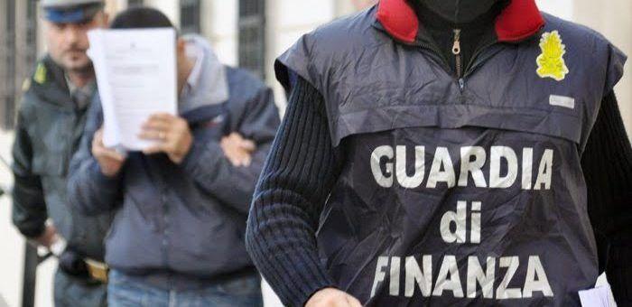 Porto d'armi in cambio di soldi. Blitz tra Giugliano e Parete: avvocato e poliziotto in manette. I NOMI