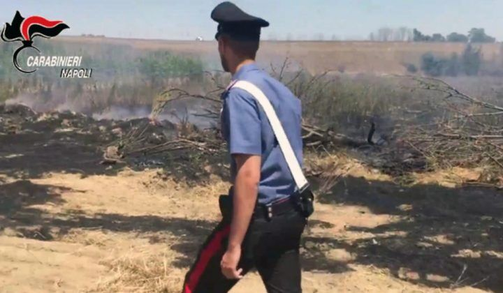 Giugliano, scoperti a incendiare rifiuti vicino la scuola: arrestati