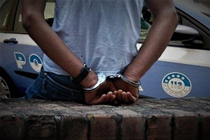 Napoli, paura in villa comunale: rapina e manda donna all'ospedale. Arrestato 18enne