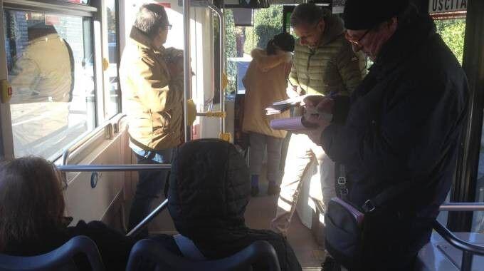Milano, controllori presi a botte sul filobus 90/91: 5 feriti. Fermato l'aggressore