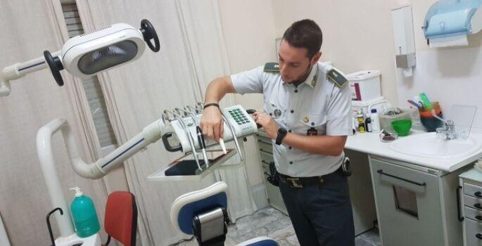 Napoli, scoperto falso dentista: guadagnava migliaia di euro senza laurea