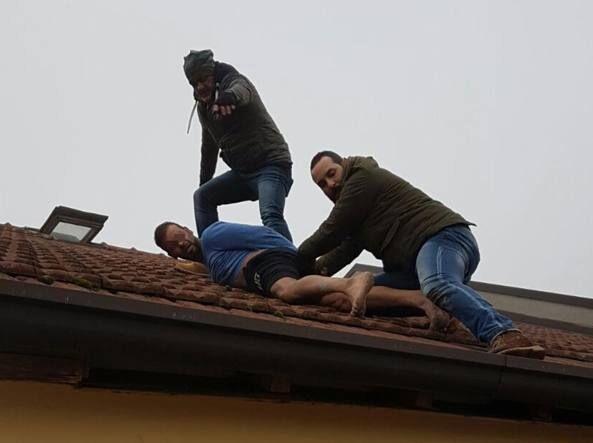 Napoli, arrestato dopo fuga sui tetti di piazza Garibaldi: smantellata piazza di spaccio. Caccia al complice
