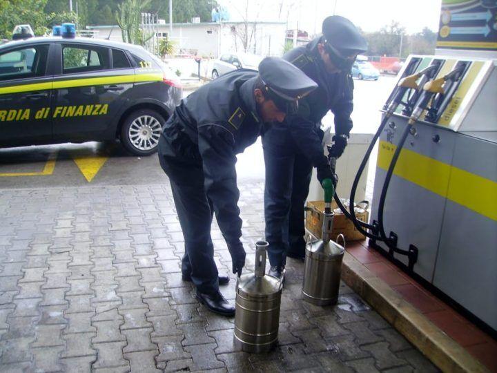 Carburante fuorilegge a Napoli, 14 arresti: sequestrate pompe di benzina con colonnine truccate