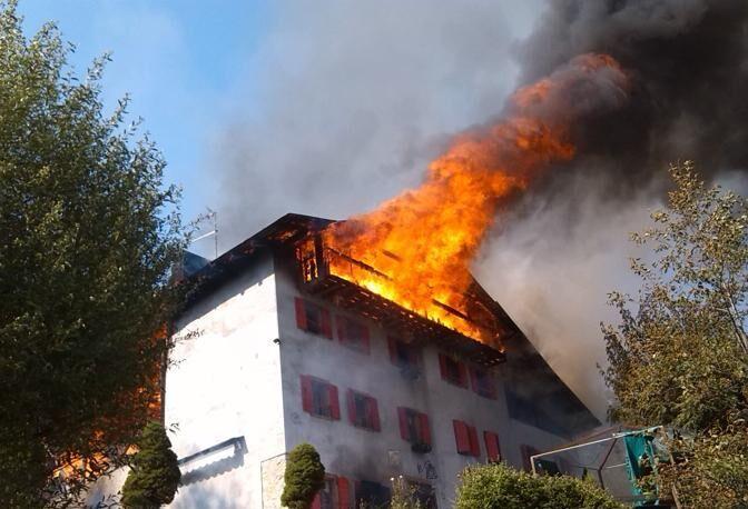 Como, fiamme in casa: morti 3 bambini. Suicida il papà