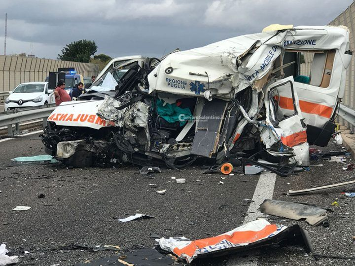 Scontro tir-ambulanza,2 morti e 3 feriti