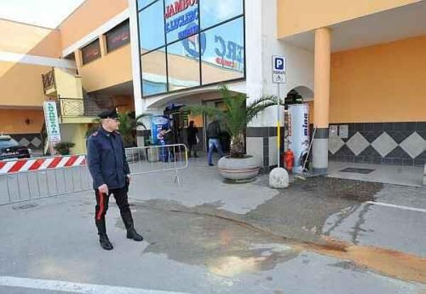 Arrivano i carabinieri al centro commerciale Jambo, 3 arresti