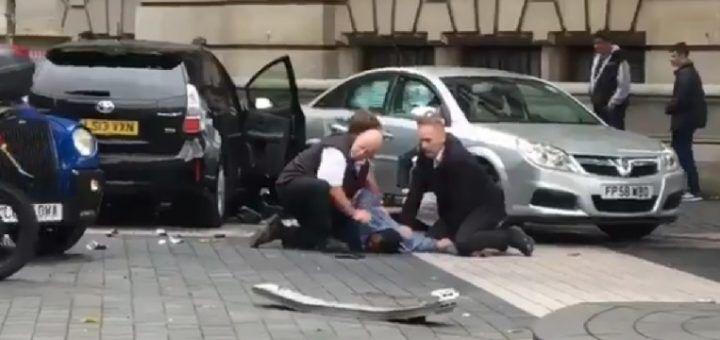 Auto sulla folla a Londra, diversi feriti