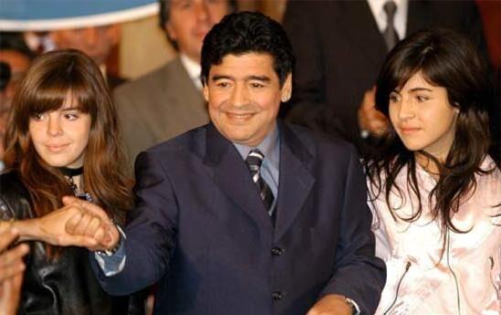 """Maradona denuncia le figlie: """"Grave ciò che mi hanno fatto. Non le riconosco più"""""""