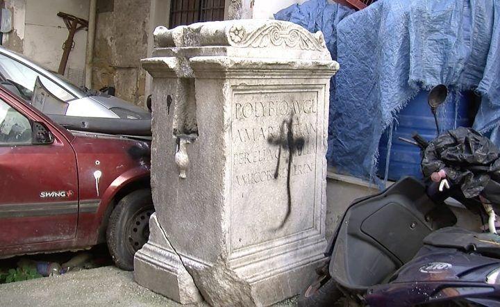 Giugliano, ritrovato monumento storico abbandonato tra i rifiuti