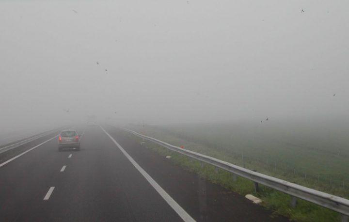 Asse Mediano, la nebbia fa il primo incidente: scontro tra auto