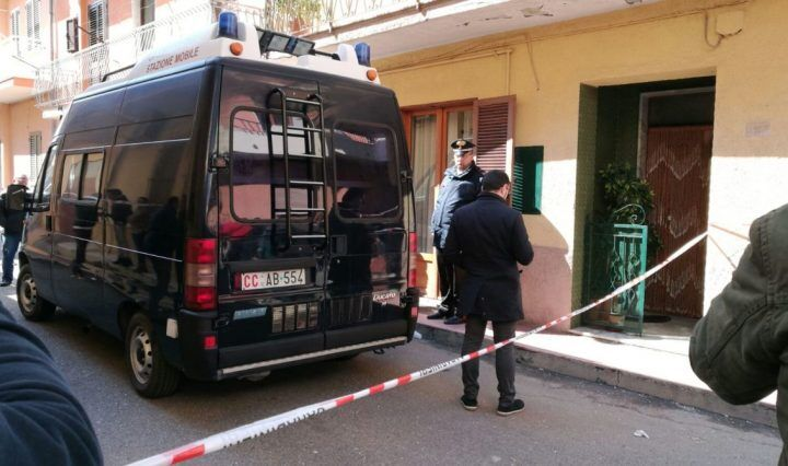 Brutale omicidio ad Asti, donna uccisa in casa a coltellate: si costituisce il marito