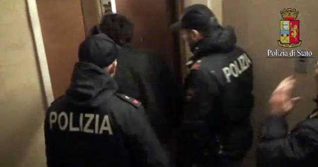 Napoli, blitz della polizia in appartamento del centro storico: tutti in fuga. Trovate armi e droga