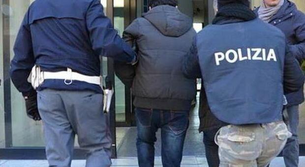 Melito, i poliziotti lo aspettano fuori a un negozio: arrestato pericoloso rapinatore