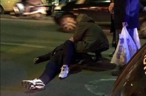 Choc a Napoli, noto parroco investito mentre attraversa la strada: è grave