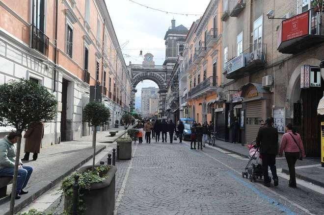 """Aversa, consegna """"sospetta"""" in via Roma: scattano la perquisizione e l'arresto"""