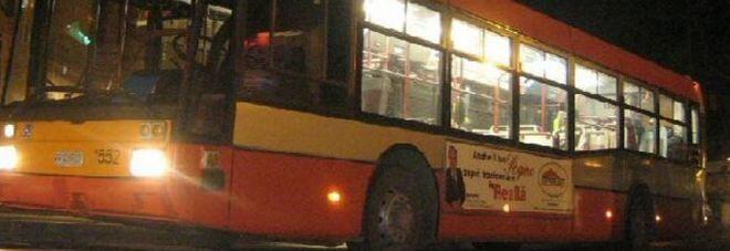 Roma, autista rimprovera tre ragazzi sull'autobus: aggredito e picchiato