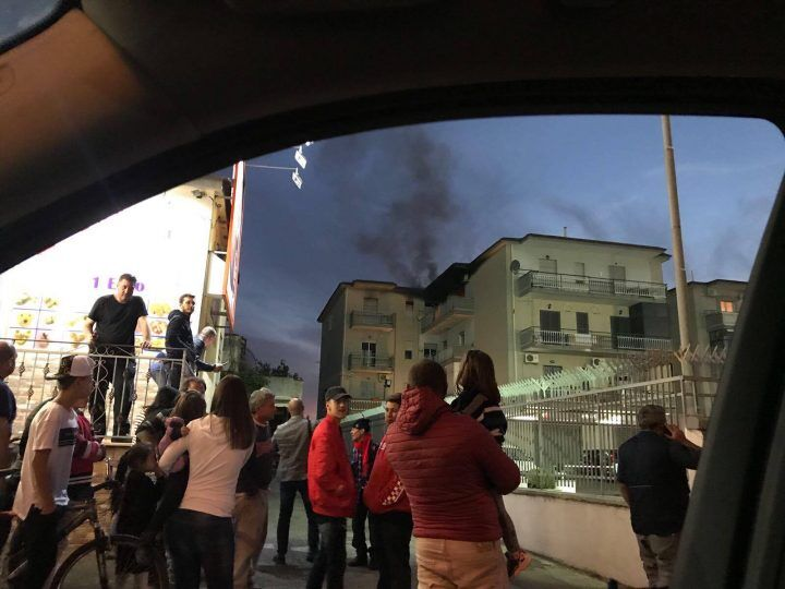 """Paura sul """"doppio senso"""", casa in fiamme tra Giugliano e Qualiano"""