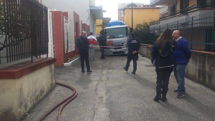 Maltempo a Giugliano, camion del gas sprofonda in una buca: evacuata la zona