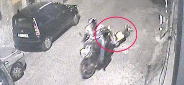 Napoli violenta, 35enne di Marano trascina per metri ragazza e la rapina: arrestato dopo fuga