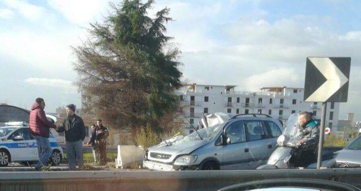 Casoria, violento incidente sulla circumvallazione esterna: scontro tra auto e furgone