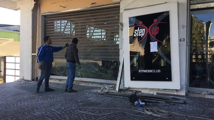 Bomba davanti all'ingresso di una palestra di Sant'Antimo
