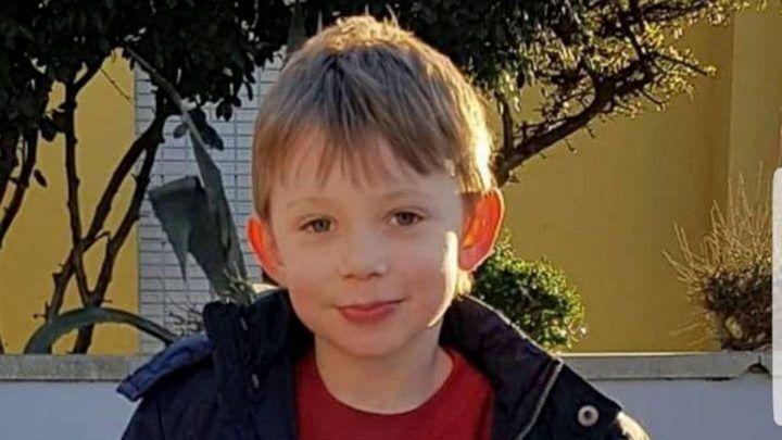 Tragedia in famiglia, bimbo cade in una vasca e muore