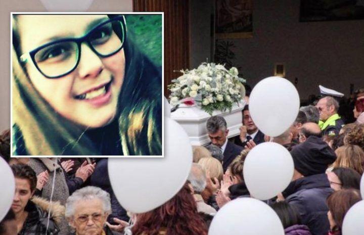 """Acerra, lacrime e palloncini bianchi per la 14enne Erika. """"Sarai l'angelo più bello"""""""