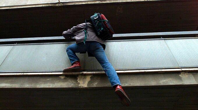 Scampia, 16enne si lancia dal secondo piano per sfuggire all'arresto: bloccato