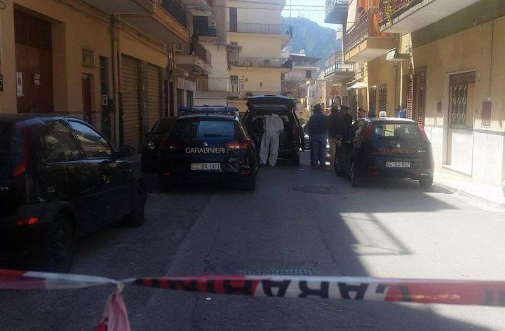 Follia in casa, sgozza la moglie davanti al figlioletto: muore una 30enne