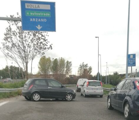 Scontro fra auto sull'Asse mediano: strada chiusa e traffico in tilt