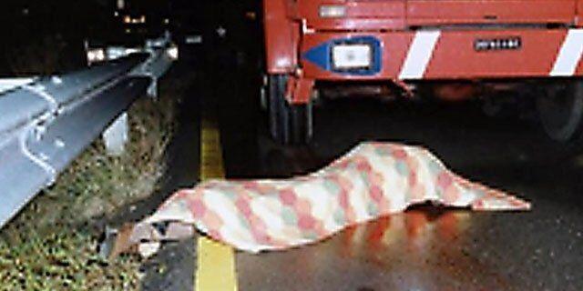 Tragedia in Campania, travolto e schiacciato da un camion mentre cammina in strada