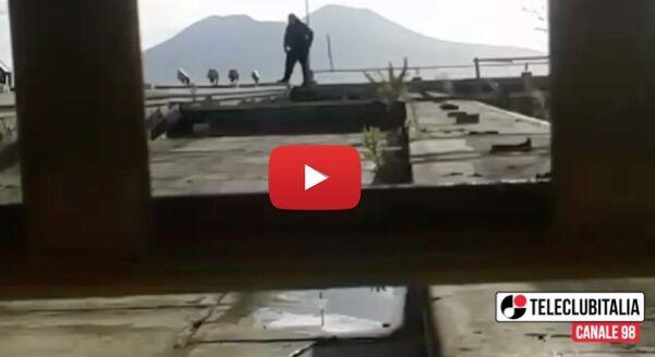 Il lavoro o il folle gesto, paura all'ex Peroni di Miano: salvato dalla polizia. VIDEO