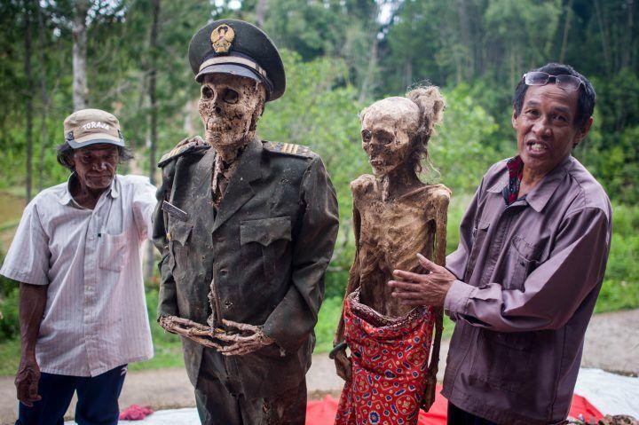 """Il giorno dei morti, lo strano culto: riesumano i cadaveri e li """"riportano in vita"""". VIDEO"""