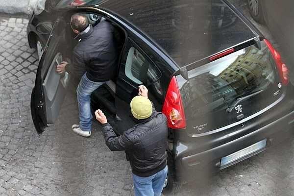 Afragola, aggredito e bloccato nella sua auto da parcheggiatore abusivo