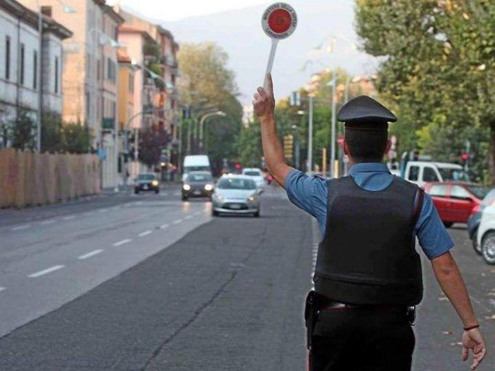 Frattamaggiore, passa davanti ai carabinieri e fa un gesto ignobile: individuato e denunciato